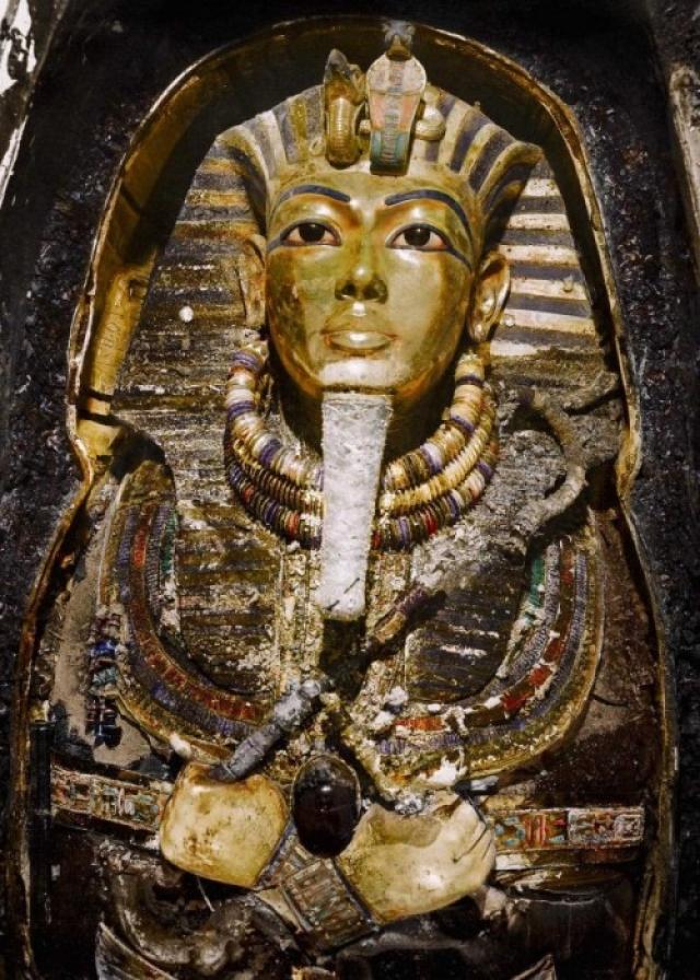 Лицо и грудь Тутанхамона покрывала золотая маска (толщина стенки саркофага составляла около 3,5 мм).