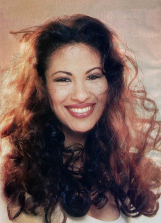 """Селена. Селена была молодой певицей, которую называли """"Королевой Tejano"""" (разновидность мексиканской музыки)."""