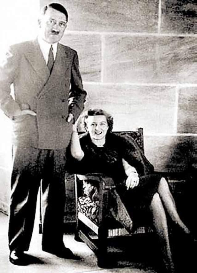 О степени доверия фюрера к своему адьютанту свидетельствует тот факт, что именно преданному Гюнше Гитлер доверил исполнить свою последнюю просую. Диктатор очень боялся попасть в руки Сталина, неважно живым или мертвым. Он говорил, что не хочет стать экспонатом в советском музее восковых фигур. Незадолго до самоубийства он узнал, что Муссолини убили и вывесили на всеобще обозрение, и это только утвердило решимость фюрера не оставить союзникам ничего от себя. Фюрер попросил сжечь его тело после смерти. На фото: Адольф Гитлер и Ева Браун, 1943 год