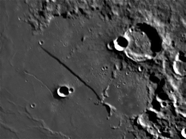 """Прямая стена - это огромная лунная скала, а точнее, уступ. Она почти идеально прямая (потому ее иногда называют """"железная дорога"""") и ее длина почти 75 км."""