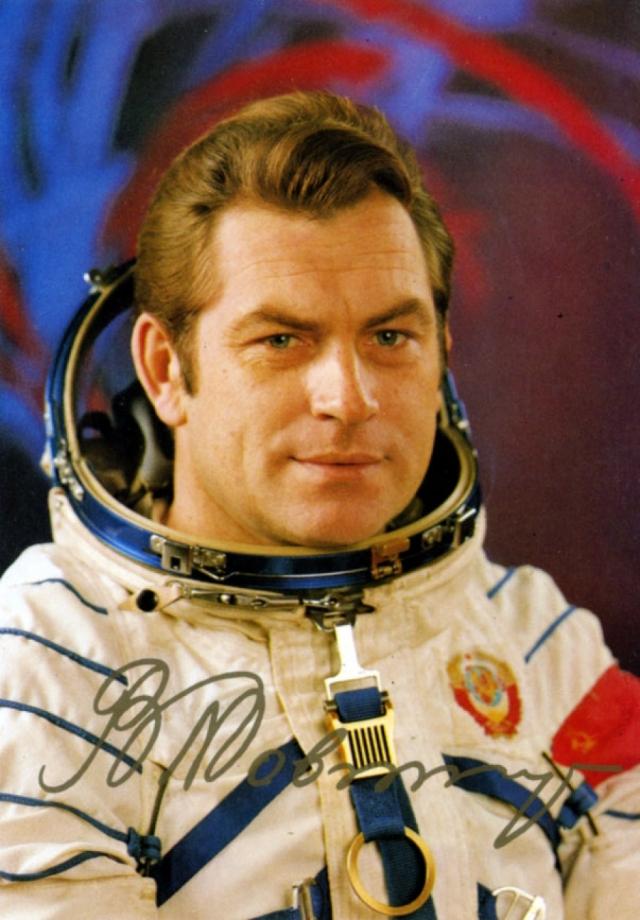 """Владимир Коваленок во время нахождения на орбитальной станции """"Салют-6"""" в 1981 года сообщил о том, что видел НЛО : """"Время 17.53. Справа по иллюминатору видим объект…"""