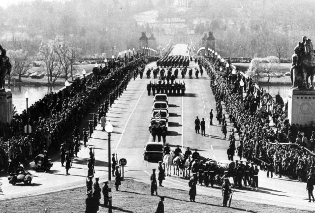 Гроб с телом президента перемещали на пушечном лафете, впереди которого вели черного жеребца. Когда гроб был опущен в землю, вдова Кеннеди зажгла на могиле вечный огонь.