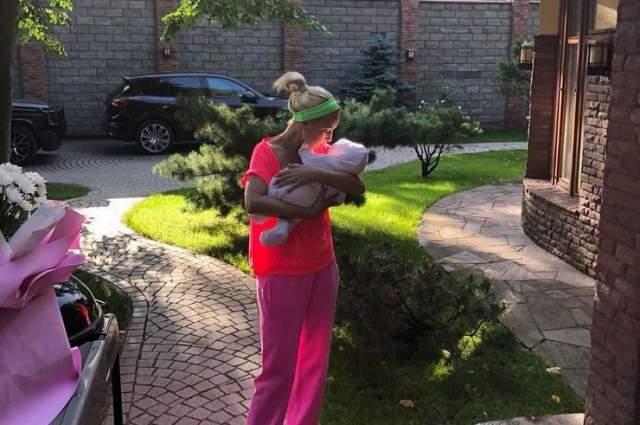 Лера Кудрявцева, август. Телеведущая родила второго ребенка, дочь Марию, своему молодому супругу, хоккеисту Игорю Макарову.