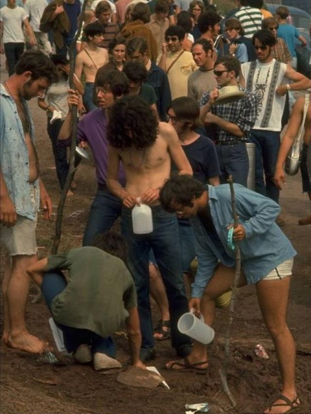 """В середине августа 69-го никто не знал, что позже бесконечные ряды культурологов окрестят фестиваль """"Вудсток"""" одним из самых великих моментов в истории, который изменил образ современной культуры."""