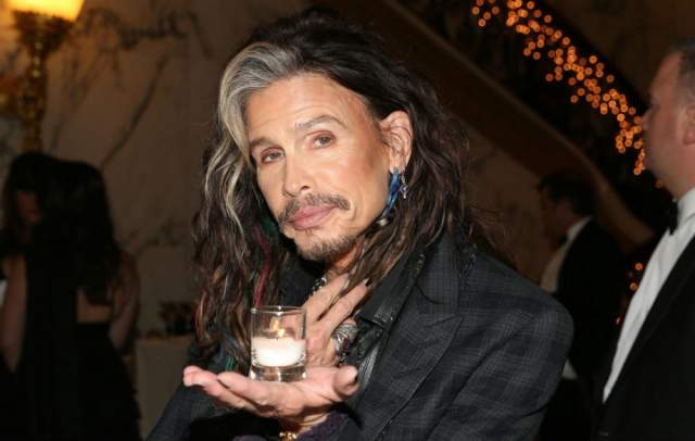 """Стивен Тайлер Лидер и вокалист знаменитой рок-группы Aerosmith, Стивен Тайлер пережил немало взлетов и падений как в карьере, так и на личном поприще. Фанаты Тайлера за его потрясающий голосовой диапазон дали ему прозвище """"Демон скриминга"""". Очевидно, что в ходе своей карьеры Тайлер стал очень знаменитым, а с большим успехом и славой приходит давление и борьба."""