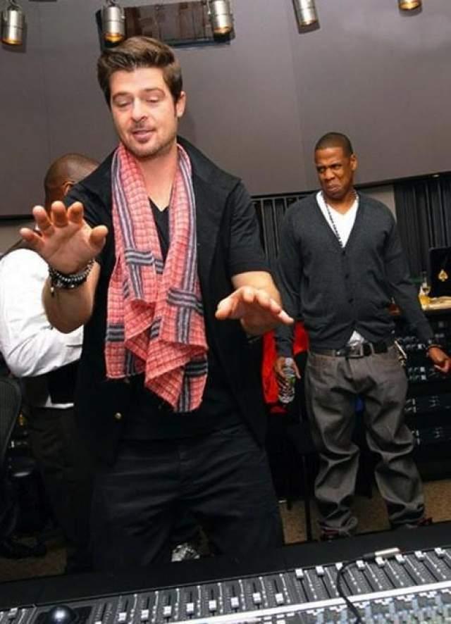 Робин Тик сильно занят, объясняя что-то, но все взгляды все равно прикованы к кислой мине репера Jay-Z