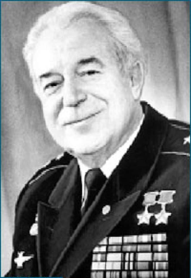 Виталий Попков. 1922-2010. Дважды Герой Советского Союза. На одномоторном истребителе Ла-5ФН совершил 475 вылетов, провел 113 воздушных боев, включая один таран.