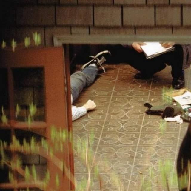 8 апреля 1994 года тело Кобейна в его доме в районе озера Вашингтон в Сиэтле обнаружил электрик, который пришел для установки системы безопасности. На теле музыканта не было заметно каких-либо травм, кроме небольшого количества крови из уха, на груди лежало ружье.