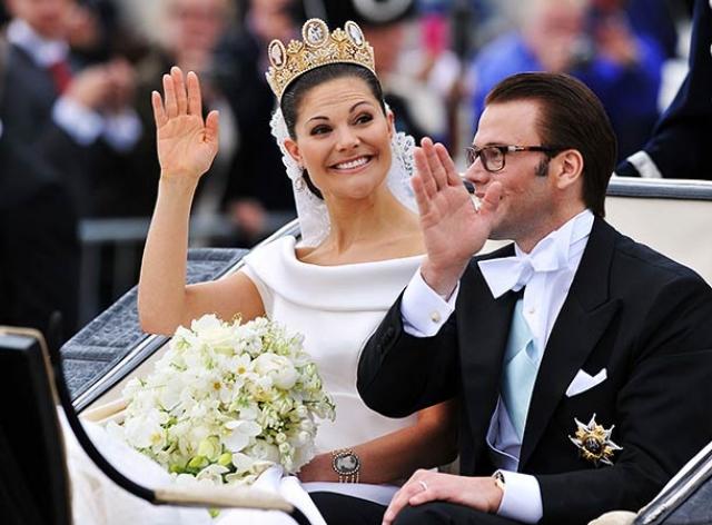 Королевские особы после церемонии в церкви объехали на карете весь Стокгольм, а потом танцевали под музыку группы Roxette.