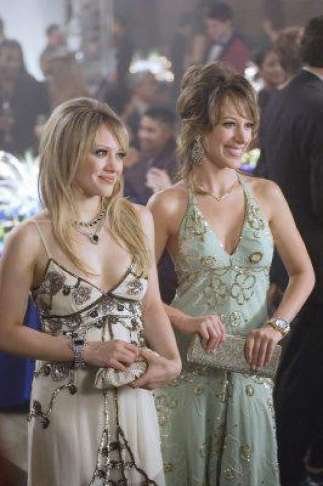 """Недаром сказка, как и другой фильм с участием Дафф - """"Суперзвезда"""" - принесли ей номинацию на """"Золотую малину"""" в 2004 году, а в 2006-м она попала под сеялку критической мысли вместе со своей родной сестрой Хэйли, с которой они снялись в """"Реальных девчонках"""". Тут одно название чего стоит..."""
