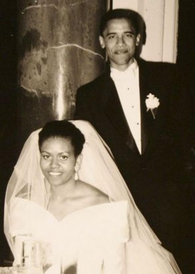 Барак встретил Мишель Робинсон, свою будущую жену, в Чикаго, когда он стажеровался в юридической компании Сидли Остина. Они сочетались в церкви Святой Троицы в Чикаго.
