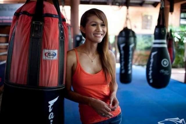 """В 1999 году мечта сбылась, и Нонг стал Париньей. По мотивам ее истории позднее сняли фильм """"Прекрасный боксер""""."""