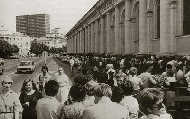 Очереди собирались и на выставки. Этот снимок сделан в 1986 году.