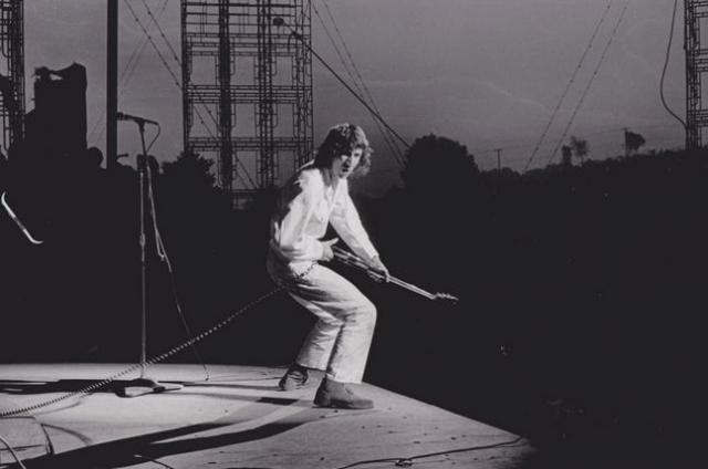"""Под конец сета Таунсенд разбил гитару о сцену и бросил в толпу. Этот момент способствовал становлению The Who как суперзвезд и помог их альбому """"Томми"""" стать мультиплатиновым."""