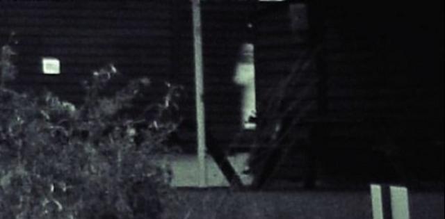 Свадебный фотограф Нил Сэндбах снимал окрестности, когда сфотографировал этот амбар в Хартфордшире, Англия. На фото появилась непонятная белая фигура, объяснения присутствия которой Нил не нашел.
