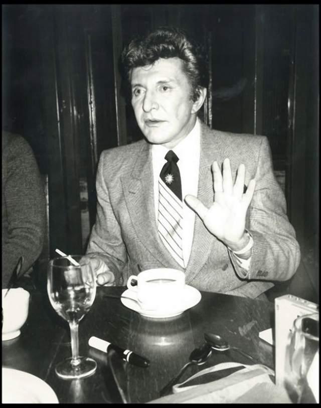 Владзи Валентино Либераче , пианист, певец и шоумэн. Он умер в 1987 году, через три года после того, как был сделан снимок, и за две недели до смерти самого Уорхола.