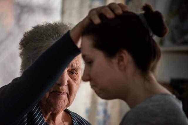 До сих пор в Сети возникают отзывы о визитах к ней - вероятно, она до сих пор принимает и лечит людей.