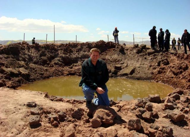 12. Перуанский метеорит У озера Титикака в Перу, осенью 2007 года упал метеорит, который очевидцы наблюдали как охваченное огнем падающее тело. Падение метеорита сопровождалось сильным шумом, напоминающим звук падающего самолета. На месте падения образовался кратер глубиной 6 м и диаметром 30 м, откуда вырвался фонтан горячей воды. Последствия падения метеорита до сих пор ощущают местные жители.