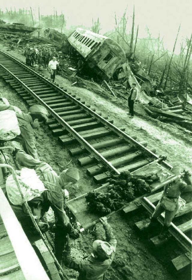 Несколько месяцев место катастрофы изучала правительственная комиссия. Основная версия взрыва - нарушение правил перевозки и погрузки взрывчатых веществ. Впрочем, в качестве версии рассматривался и теракт, и диверсия со стороны иностранных спецслужб для нагнетания нестабильности в Советском Союзе.