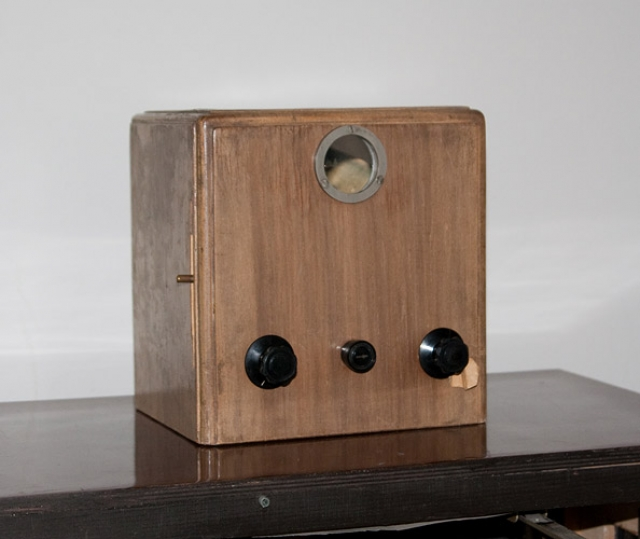 """Советский Союз в области создания телевизионной техники не отставал от других стран. Уже в 1932 году был начат промышленный выпуск телевизора """"Б-2"""", разработанного инженером А.Я. Брейтбартом, экран которого был размером 3 на 4 см."""