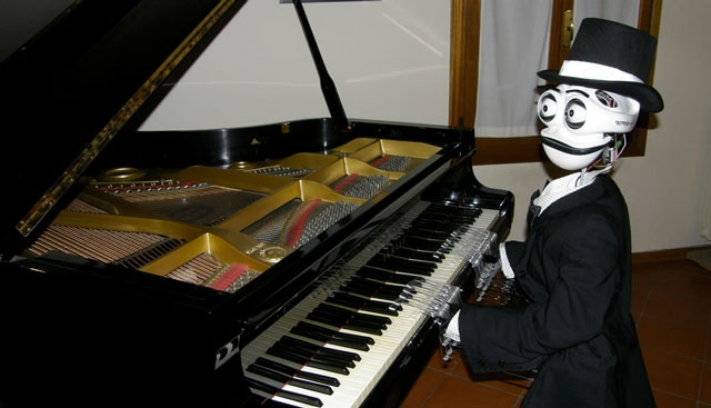 24. Робот-пианист Teotronico может одновременно играть на инструменте (с помощью 19 пальцев), петь, аккомпанировать себе на ударных, менять выражение лица и оценивать реакцию аудитории.