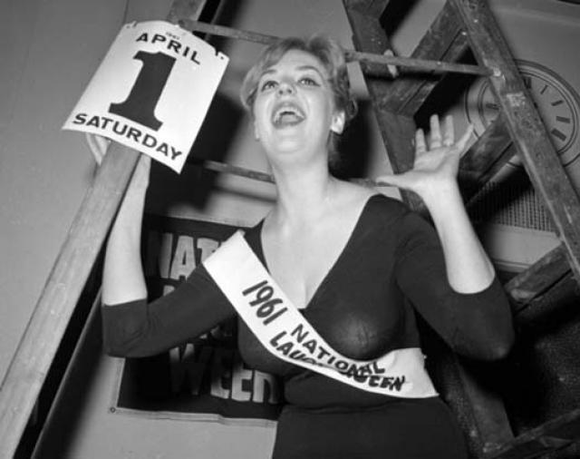 """Эта хохотушка в 1961 году выиграла конкурс приуроченный ко Дню Дурака """"Королева Смеха""""."""