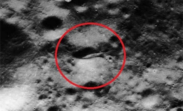 """А этот огромный продолговатый """"инопланетный корабль"""" """"зарылся"""" носом в лунный грунт, видимо, при неудачной посадке."""