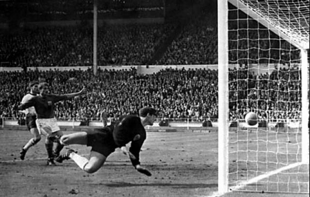 """В том же году основное время финального матча Англия - ФРГ на стадионе """"Уэмбли"""" в Лондоне завершилось вничью 2:2, а в дополнительное время после удара британца Херста мяч попал в перекладину и отскочил обратно в поле."""