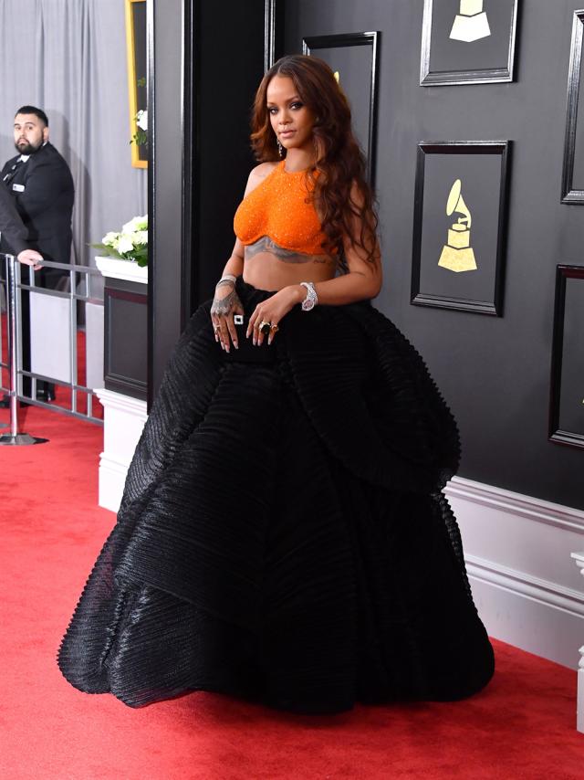 Рианна в странном сочетании желтого топа и огромной юбки, будто полученной наматыванием шторы