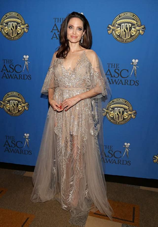 Затем, вроде бы, поправилась. Но возможно, дело в удачном платье от Versace, в котором она появилась в феврале 2018 года на вручении наград Annie Awards.