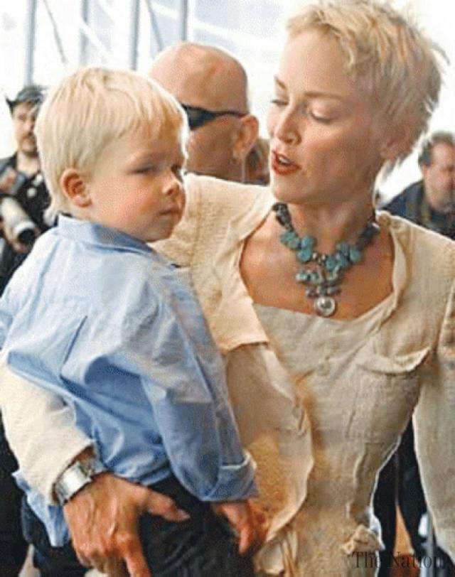 Шэрон Стоун. После трех неудачных попыток родить ребенка от мужа Фила Бронштейна, актриса решила усыновить малыша. Так, в 2000 году в семье появился Роан Джозеф Бронштейн.