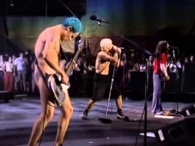 """Фестиваль был продолжен, и на следующий день ситуация стала еще хуже. Во время выступления группы """"Red Hot Chilli Peppers"""" зрители разожгли несколько костров."""