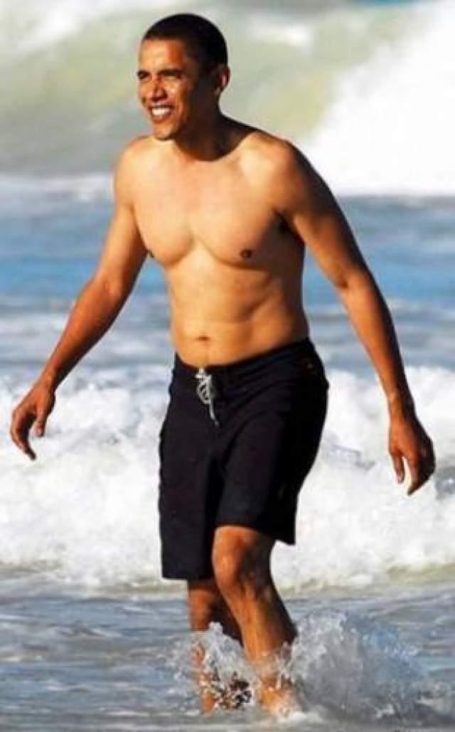 Барак Обама, как всегда, в отличной форме, хотя выставляет напоказ не все части тела.
