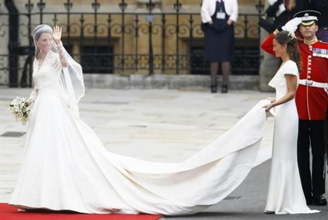 Невеста была в великолепном платье от Alexander McQueen, вышитом тончайшим французским кружевом. Фотографии свадьбы несколько месяцев не сходили со страниц таблоидов и глянцевых журналов.