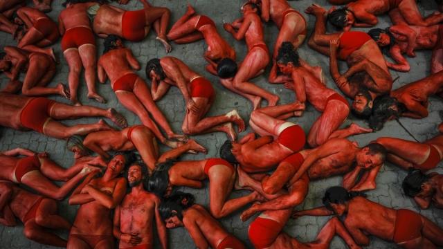 Памплона, Испания, июль. Протест против кровавого фестиваля быков.
