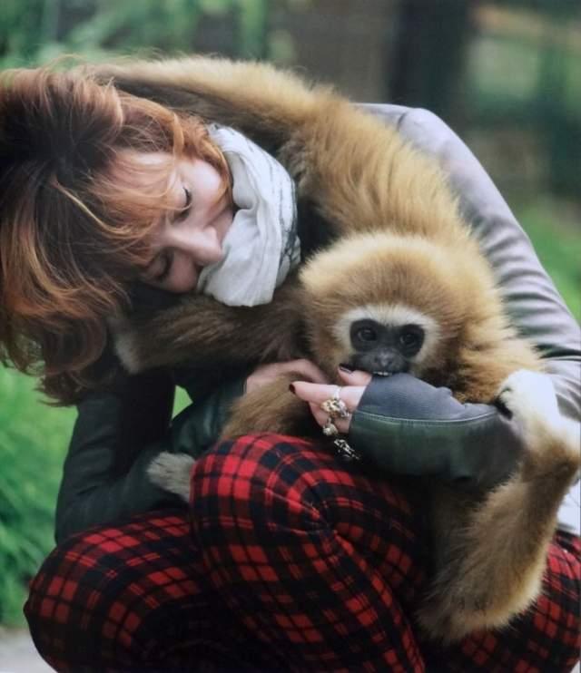 Фармер не замужем, живет с двумя обезьянками и уверяет своих фанатов, что ценит одиночество.