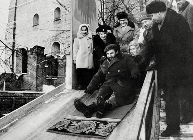 1964 год, Кастро катается с горки в Московском Кремле. Тогда же кубинский лидер стал первым иностранцем, поднявшимся на трибуну Мавзолея.