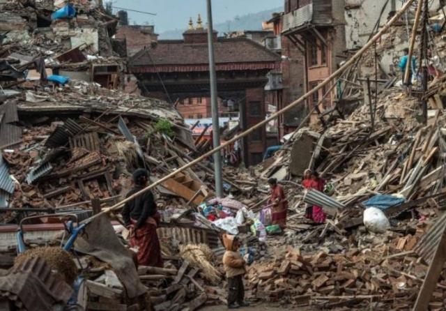10. Землетрясения в Непале 25-28 апреля магнитудой до 7,8 баллов унесло жизни 8699 человек. 22 489 ранены, пострадали 8 млн человек. В Индии 69 человек погибли и около 270 ранены. В Китае 25 погибших, 117 раненых.