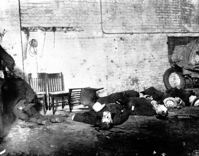 Тем не менее основная цель, ради которой и было спланировано преступление, не была достигнута - Багс Моран опоздал на встречу и, увидев припаркованный у склада автомобиль полиции, скрылся.