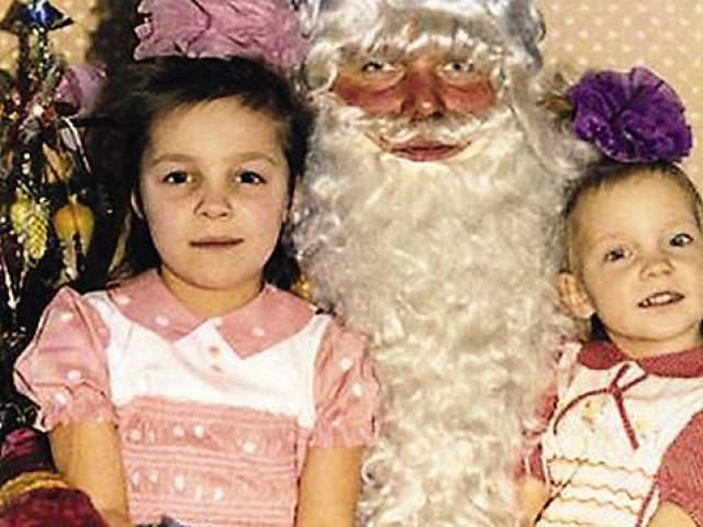 Наталья Ионова с сестрой и Дедом Морозом.