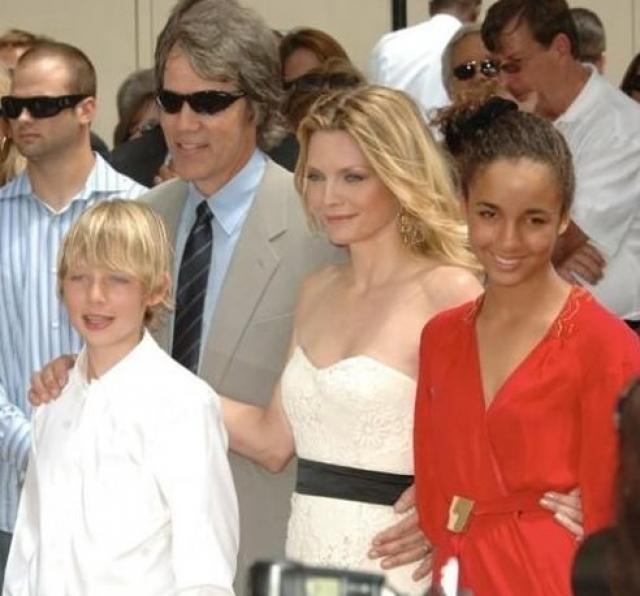 Мишель Пфайфер. В 1993 году актриса удочерила девочку, названную при крещении Клаудиа-Роза. Кстати, как только актриса была готова забрать девочку из приюта ее родной отец пытался отсудить у Мишель 75 тыс. долларов, но проиграл процесс.