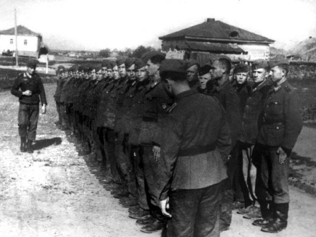 Браться за эту работу не хотели ни немцы, ни даже полицаи из местных. И тут очень кстати пришлась появившаяся из ниоткуда Тоня-пулеметчица.