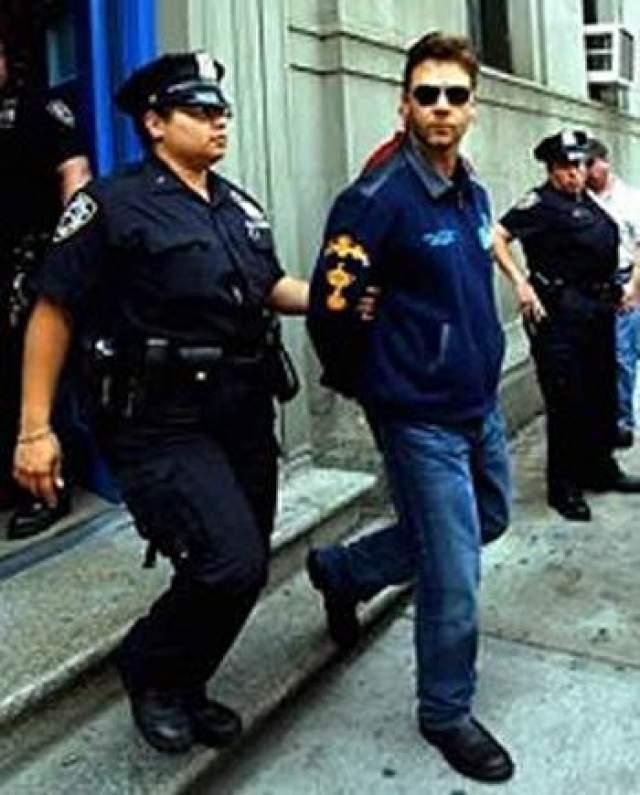 Знаменитый австралийский актер Рассел Кроу был арестован в Нью-Йорке в июле 2005 года по обвинению в том, что он применил насилие к служащему отеля. Полицейские доставили его в наручниках в криминальный суд Манхэттена.
