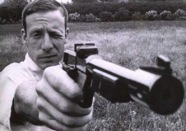 Компания DuPont была главным спонсором отряда борцов, одним из членов которой был и Шульц. Непосредственно перед инцидентом со стрельбой поступали сообщения о том, что Джон утверждал, что он Далай-лама или агент ЦРУ, но, к сожалению, никто не засомневался в его отрыве от реальности, несмотря на его растущую любовь к оружию.