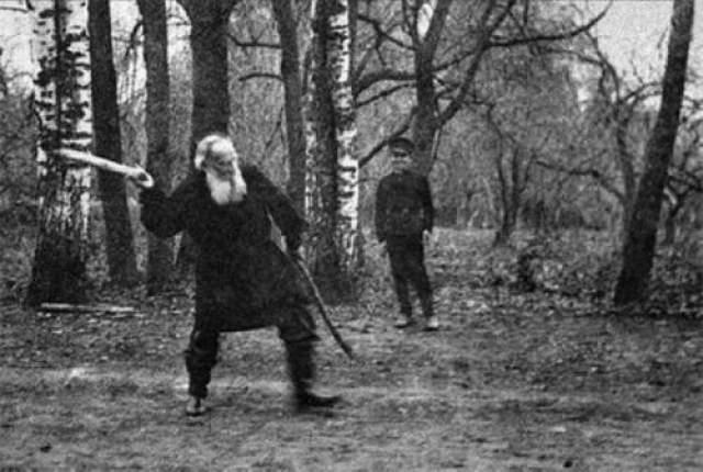 Лев Толстой играет в русскую народную игру городки.