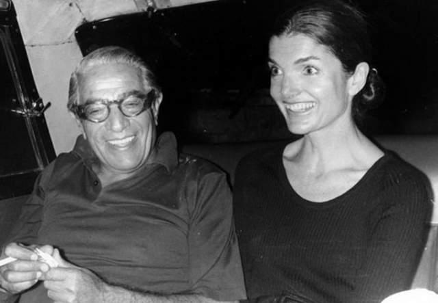 Спустя пять лет после гибели мужа Жаклин познакомилась с бизнесменом и миллиардером, аргентинцем Аристотелем Онассисом. Свела пару сестра Жаклин, Ли. Аристотель был не только баснословно богат, он был страстен, сексуален и обворожителен.
