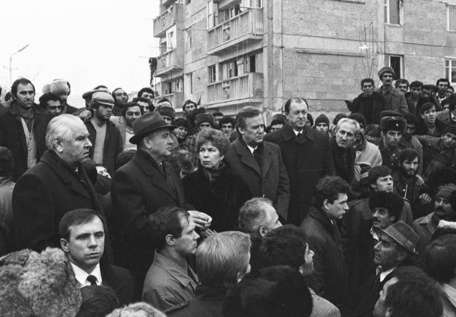 Президент Советского Союза Михаил Горбачев отложил визит в Америку, чтобы лично координировать совместную с зарубежными государствами программу оказания экстренной помощи пострадавшим.