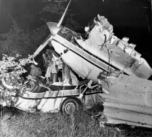 Самолет на большой скорости угодил в Атлантический океан. По данным следствия, катастрофа произошла из-за дезориентации в пространстве и из-за плохой видимости.