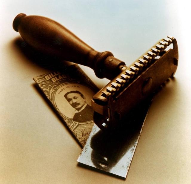 Он придумал бритвенный станок, в который зажимается лезвие, которое можно выбрасывать после того, как оно стало тупым. В том же году он основал The Gillette Company, которая в 1903 году начала серийное производство. В первый год было продано всего 168 станков и 51 лезвие, а в следующем году число достигло уже 90 000 станков и 123 000 лезвий.