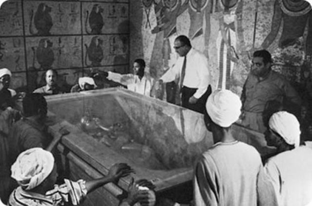 """Впоследствии пресса подогревала слухи о """"проклятии фараонов"""", насчитывая до 22 """"жертв проклятия"""", 13 из которых непосредственно присутствовали при вскрытии гробницы."""